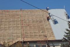 Remont dachu kościoła w Załężu